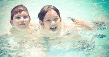 Zwei Kinder spielen in einem Pool