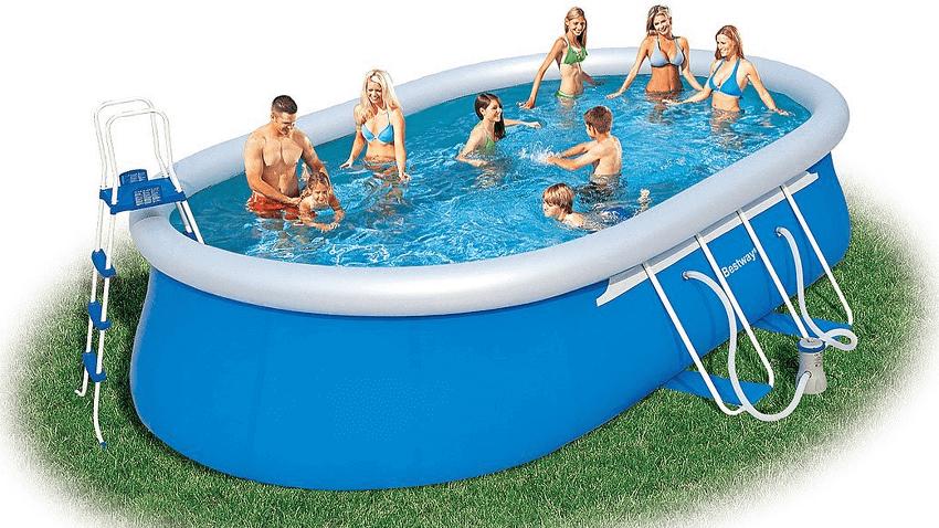 Bild zeigt einen sehr großen Pool mit 7 Personen, die im Pool schwimmen
