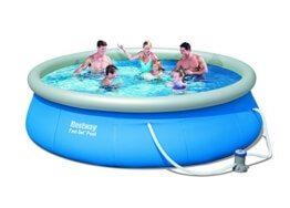 Vier Personen sitzen in dem großen runden Pool von Bestway