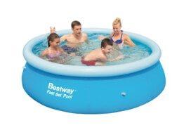 Auf dem Bild sitzen 4 Personen in einem runden Pool. Der Pool ist blau