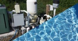 Bild ist geteilt. Eine Hälfte zeigt eine Filteranlage. Die zweite Hälfte zeigt einen sauberen Pool